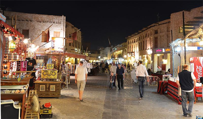 Besucher auf dem Souq Waqif in Doha (Katar)