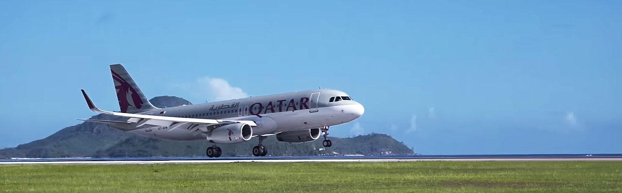Flugzeug von Qatar Airways bei einer Landung
