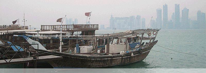 Nationalflagge Katars auf einem Schiff in der Bucht von Doha (Katar)