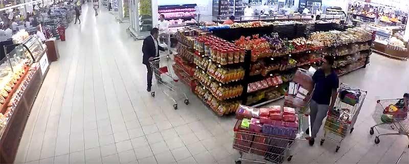 Besucher in einem Carrefour-Supermarkt in Doha (Katar)
