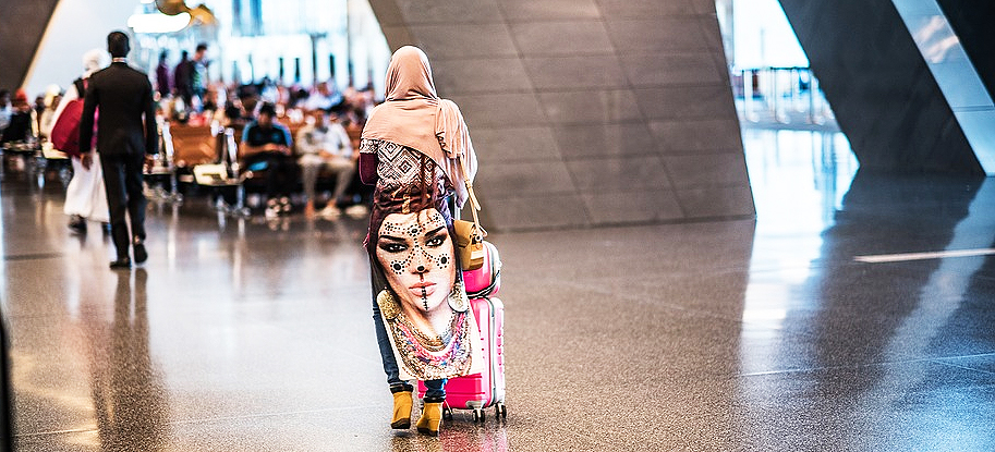 Frau in Katar am Hamad International Airport in Doha